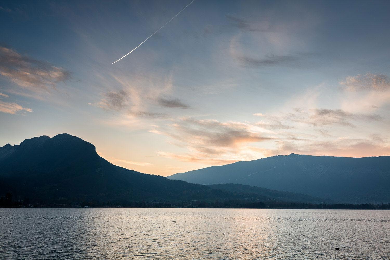 Photographe de mariage Annecy - Photographe de mariage Genève - auberge du père bise à Talloires - cocktail au bistrot 1903 - jean sulpice - coucher de soleil sur le lac d'Annecy