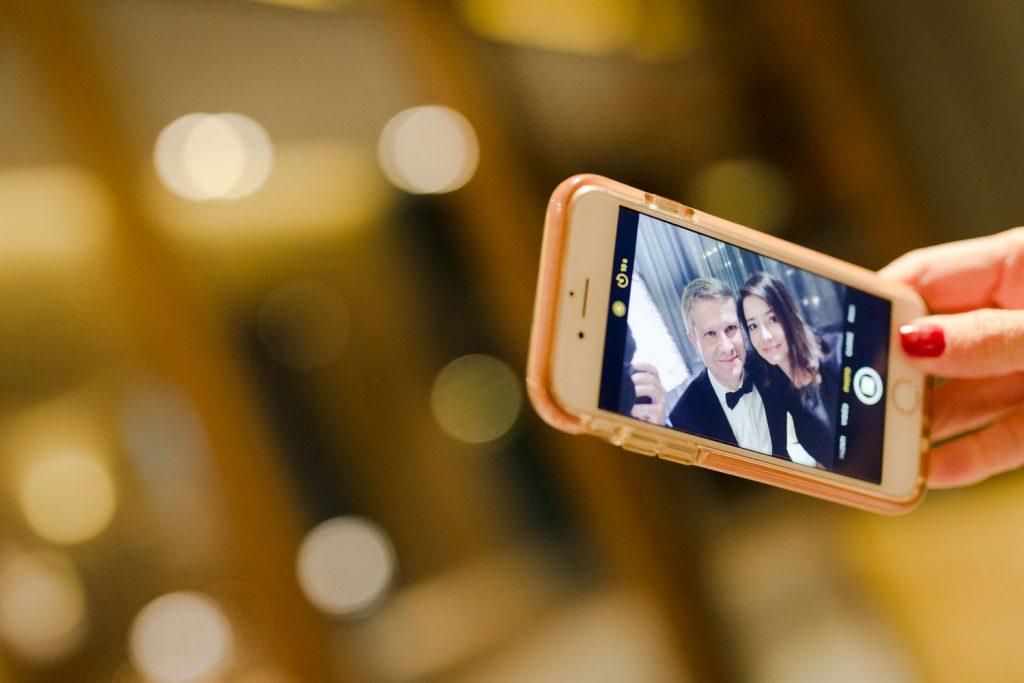 Photographe de mariage Annecy - Photographe de mariage Genève - auberge du père bise à Talloires - cocktail au bistrot 1903 - jean sulpice - selfie des mariés