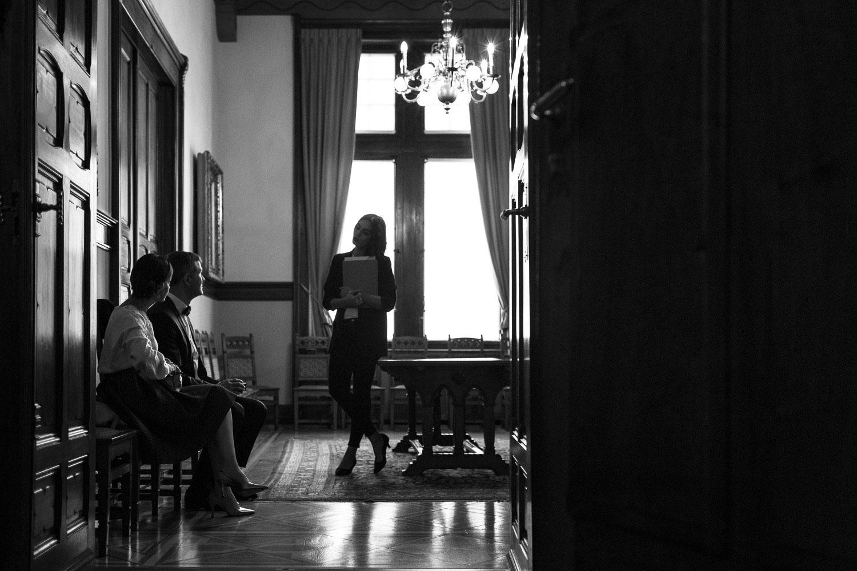 Photographe de mariage Annecy - Photographe de mariage Genève - cérémonie civile - mariage civil à la mairie des Eaux Vives à Genève - attente devant la salle des mariages