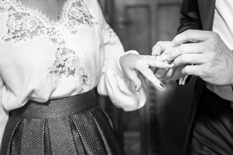Photographe de mariage Annecy - Photographe de mariage Genève - cérémonie civile - mariage civil à la mairie des Eaux Vives à Genève - échange des alliances