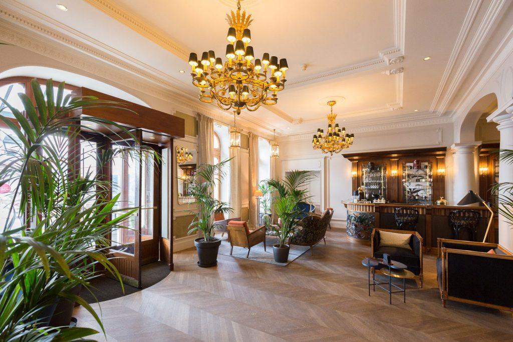 Photographe de mariage Annecy - Photographe de mariage Genève - Palace de Menthon Saint Bernard - Hotel 4 étoiles Haute Savoie - Bar Lounge rétro 2