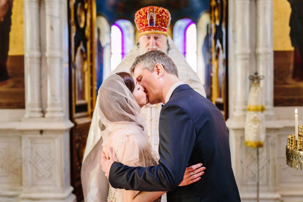 Photographe de mariage Annecy - Photographe de mariage Genève - mariage religieux - église russe orthodoxe Genève - baiser des mariés