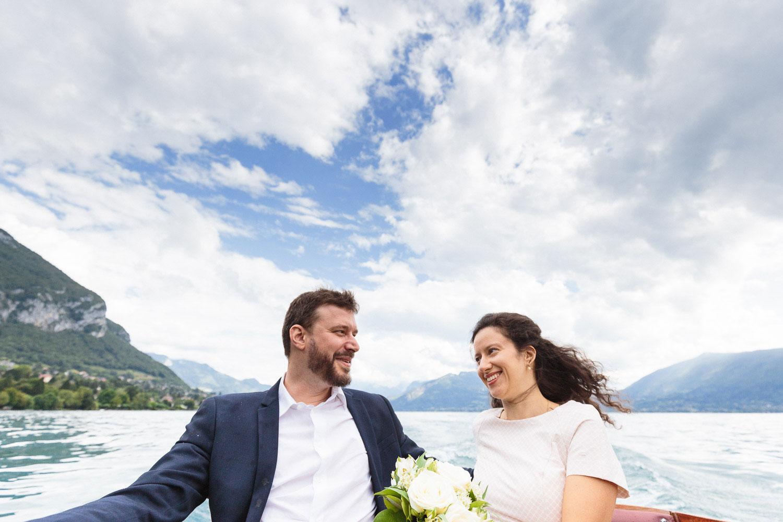 Photographe mariage Annecy - Photographe mariage Genève - lac d'Annecy - balade en bateau des mariés - vue sur les montagnes