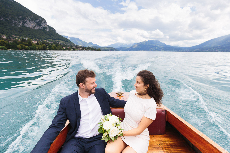 Photographe mariage Annecy - Photographe mariage Genève - lac d'Annecy - ballade en bateau - les mariés et les vagues
