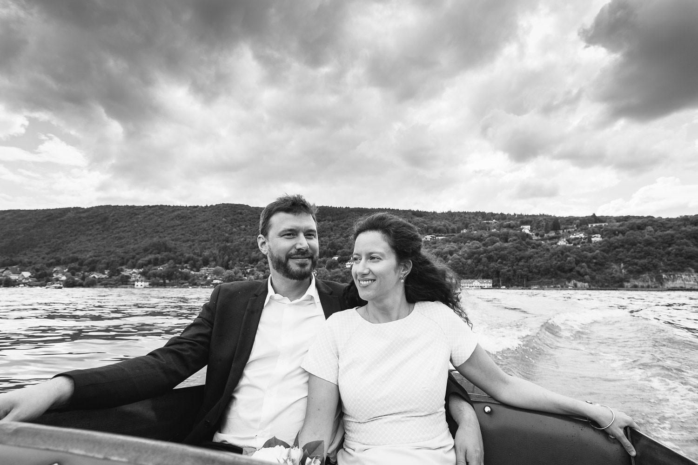 Photographe mariage Annecy - Photographe mariage Genève - mairie d'Annecy - ballade en bateau sur le lac d'Annecy après la cérémonie - les mariés