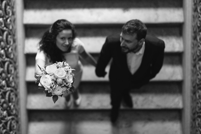 Photographe mariage Annecy - Photographe mariage Genève - mairie d'Annecy - hôtel de ville - escalier et bouquet de la mariée