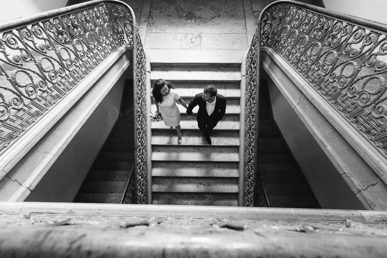 Photographe mariage Annecy - Photographe mariage Genève - mairie d'Annecy - hôtel de ville - sortie des mariés par l'escalier