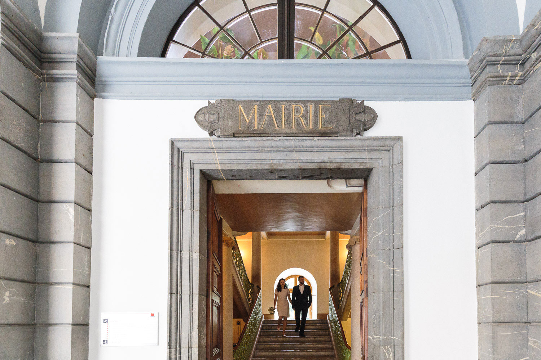 Photographe mariage Annecy - Photographe mariage Genève - mairie d'Annecy - hôtel de ville - sortie des mariés par l'escalier principal