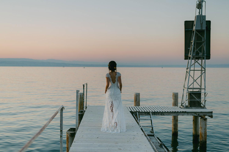 mariée au coucher du soleil sur ponton chateau de coudrée lac léman - Quentin Weber photographe de mariage annecy Haute-Savoie