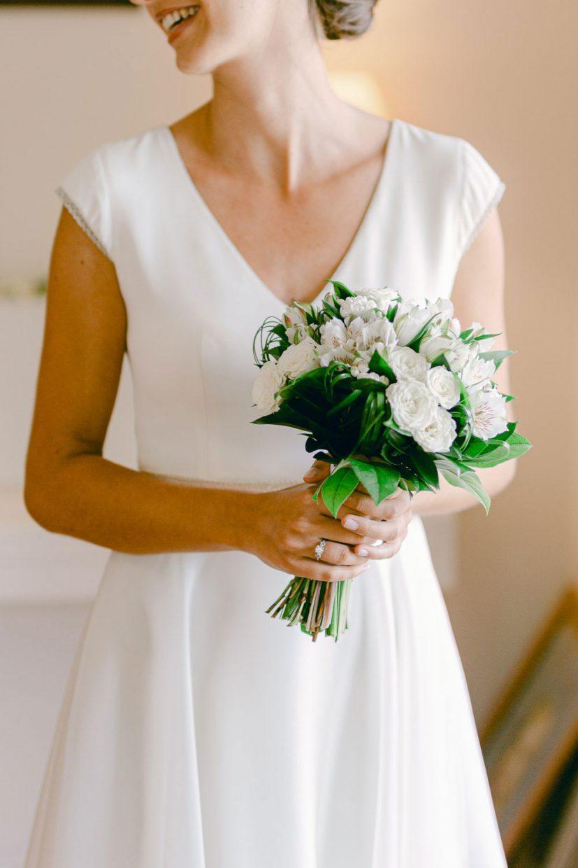Bouquet de la mariée portrait menthon saint bernard - Quentin Weber Photographe de mariage Annecy Geneve Haute-Savoie