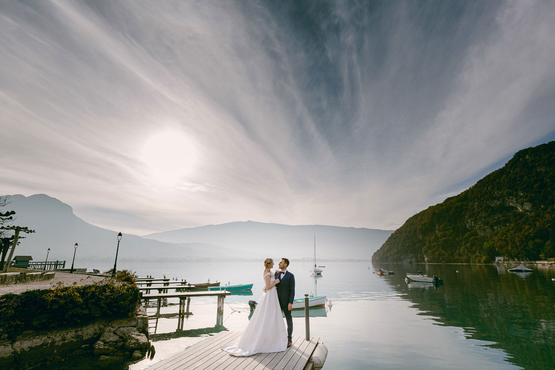 Portrait couple mariés lac Annecy ponton abbaye talloires - Quentin Weber Photographe de mariage Annecy Geneve Haute-Savoie