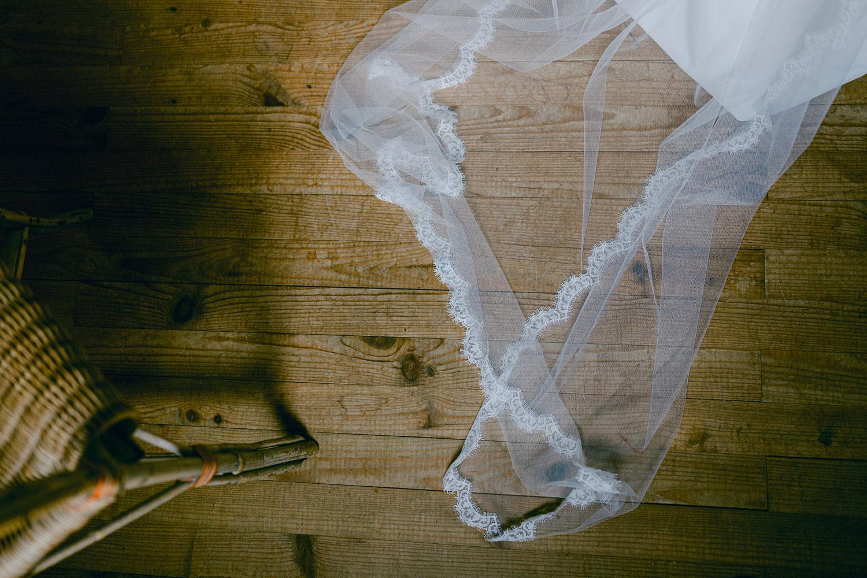 Détail robe de mariée mariage Chamonix mont blanc - Quentin Weber Photographe de mariage Annecy Geneve Haute-Savoie