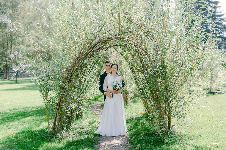Photo couple de mariés dans les jardins de l'impérial palace lac annecy - Quentin Weber Photographe de mariage Annecy Geneve Haute-Savoie