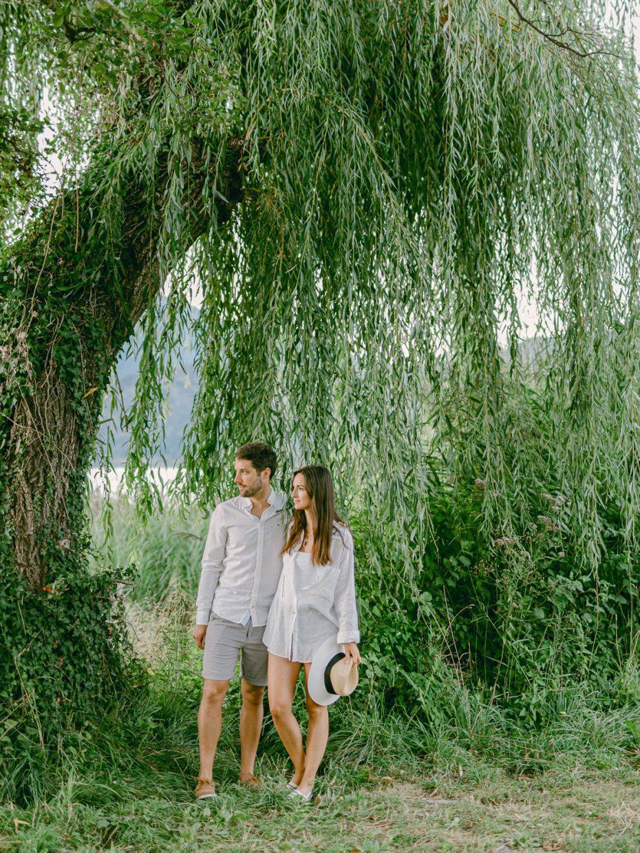 photo séance de couple berge arborée lac annecy - Quentin Weber photographe de mariage annecy Haute-Savoie
