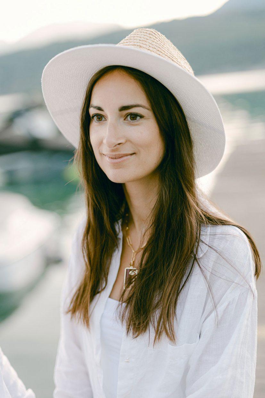 Portrait jolie femme chapeau blanc lac annecy - Quentin Weber Photographe de mariage Annecy Geneve Haute-Savoie